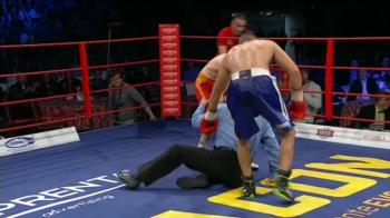 Faza anului in box vine din Romania! Cum a cazut in CAP acest arbitru in timpul luptei fara sa fie atins! Toata sala a ras. VIDEO