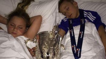 Terrybil de fericiti :) Unde a ajuns Cupa Ligii Angliei azi noapte, cupa ce a fost cucerita de Chelsea. FOTO