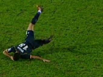Cea mai rusinoasa simulare a zilei in fotbal. Gesturile facut de acest jucator, suparat ca nimeni nu il baga in seama. VIDEO
