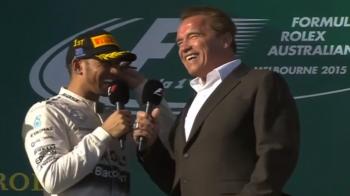 """VIDEO: Schwarzenegger i-a inmanat trofeul lui Hamilton! Pilotul a ras de Terminator: """"Credeam ca esti mai inalt"""""""
