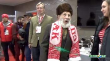 Gestul superb facut pentru un suporter de 102 ani! Jucatorii i-au dat 10 mii de euro, dupa ce batranul a fost jefuit! De acum, va vedea meciurile la VIP :)