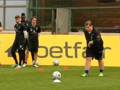 Grasanul anonim de pe YouTube, invitat de Liverpool la antrenament! L-a facut de ras pe Balotelli la lovituri libere :) VIDEO
