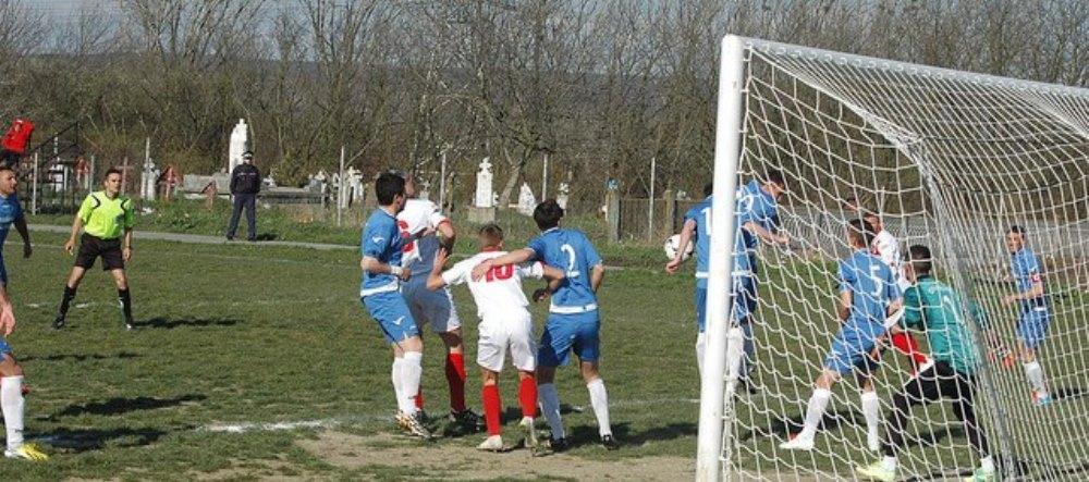 Fotbal pe viata si pe... moarte. Imagini incredibile cu primul stadion din Romania unde tribuna e in CIMITIR