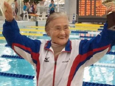 Cel mai bun timp la categoria 100-104 ani :) O femeie de 100 de ani a intrat in Cartea Recordurilor dupa ce a inotat 1500 de metri