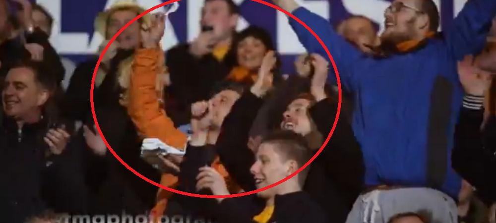 Dileala maxima in peluza! Suporterii lui Bradford au facut pe loc un cantec pentru un fan care isi manca placinta :)) VIDEO
