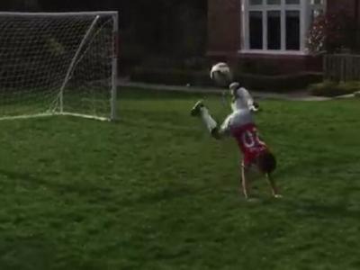 """""""That's my boy!"""" Uimitor: baiatul de 7 ani al lui Van Persie a reusit lovitura scorpionului, apoi a celebrat """"like a boss"""" :) VIDEO"""