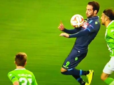 Se poate renunta fara probleme la arbitrii aditionali :) Hent fabulos al lui Higuain la primul gol al lui Napoli! VIDEO