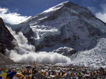 Tragedie in Nepal, in urma cutremurului devastator de azi-noapte! Tabara alpinistilor de pe Everest, afectata; un roman e acolo