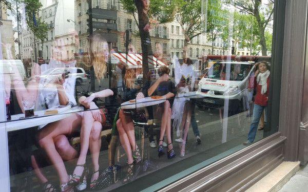 Cine se plimba prin vitrine la Paris
