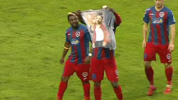 Gest senzational facut de N'Doye catre ANDRA dupa golul marcat cu Viitorul. S-a dus pe banca si a scos tricoul asta. FOTO