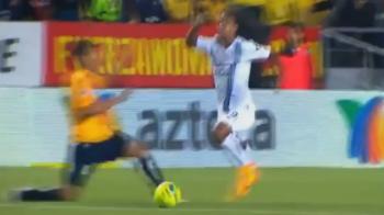 Momentul in care Ronaldinho s-a facut de ras pe teren! Simulare penibila in ultimul meci