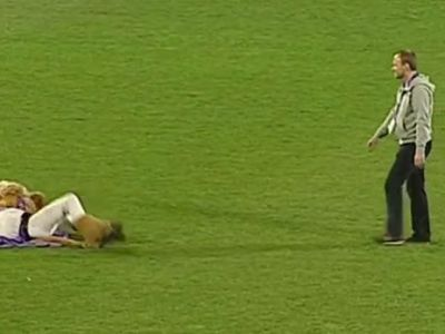 Scene incredibile la un meci din Austria! Mascota s-a IMBATAT si a facut circ pe teren. Ce s-a intamplat. VIDEO