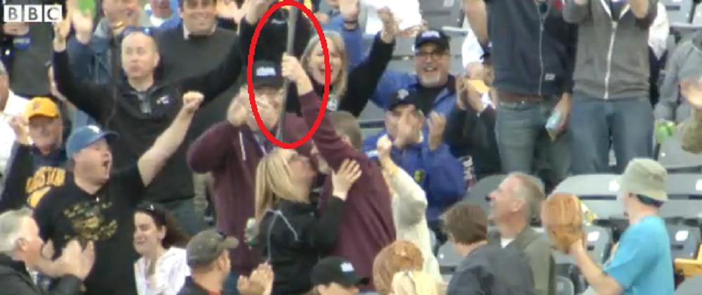 Cel mai tare catch din baseball! Un spectator a prins bata scapata de un jucator: VIDEO