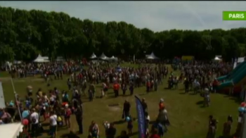 VIDEO Spectacol GRANDIOS la Paris! Mii de francezi au sarbatorit 10 ani de Dacia la un picnic urias! Cum s-au distrat