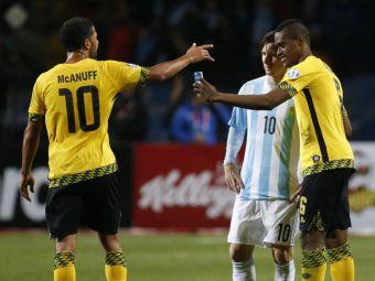 """Moment fabulos la Copa America :) Un fotbalist jamaican a intrat cu telefonul pe gazon: """"Leo, faci o poza?"""""""
