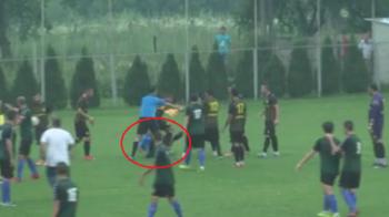 Imagini incredibile la un meci de Cupa Romaniei: arbitrul de 23 de ani a fost calcat in picioare, tatal sau a vazut tot din tribune! Bataia a pornit de la un antrenor VIDEO