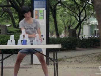 Regina jongleriilor cu pahare vine din Taiwan! E incredibil ce reuseste sa faca. VIDEO