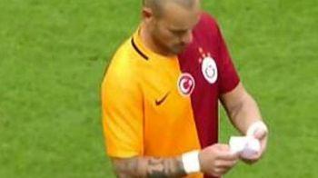 Faza unica in fotbal! Sneijder a primit un biletel pe teren de la antrenorul ADVERSAREI! Ce scria in el