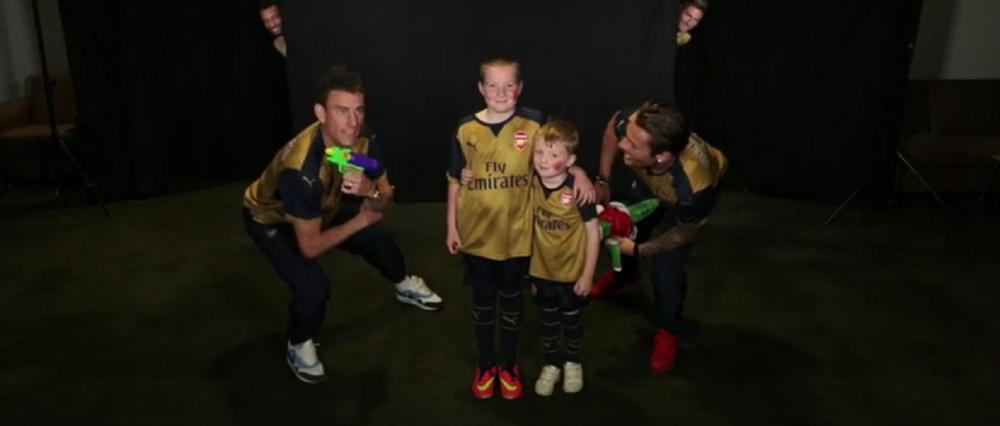 Fanii lui Arsenal au venit sa se pozeze cu noul echipament. A urmat un moment SENZATIONAL. De ce surpriza uriasa au avut parte