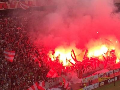 Iadul de la Peluza Dinamo! Atmosfera incendiara: un suporter a lesinat si a fost dus pe brate la ambulanta FOTO