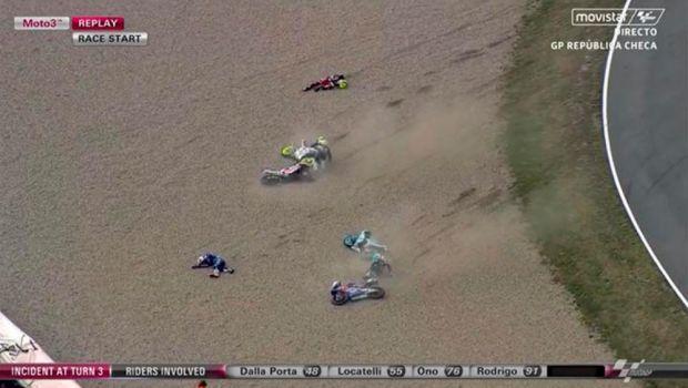 Accident HORROR la Moto3! Un pilot a fost luat cu elicopterul si dus de urgenta la spital. FOTO