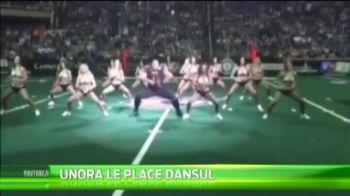 SUPERVIDEO | Un urias din fotbalul american le-a eclipsat pe majorete, la un meci! :) S-a bagat peste ele si a ridicat arena in picioare