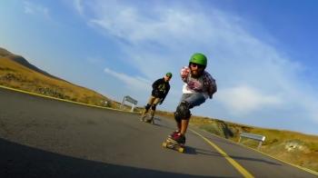 Imagini SENZATIONALE! S-au dat cu skate-ul la 2000m pe Transalpina, cea mai inalta sosea din Romania! VIDEO