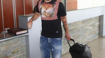Mai ridicol nu se poate! Ce tricou a putut sa aiba un jucator din Premier League pe aeroport! FOTO
