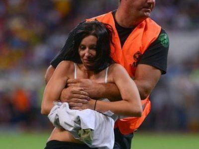 FOTO | Faza pe care n-ai vazut-o la TV. Cine e spectatoarea care a vrut sa intre dezbracata pe teren, la Romania - Grecia