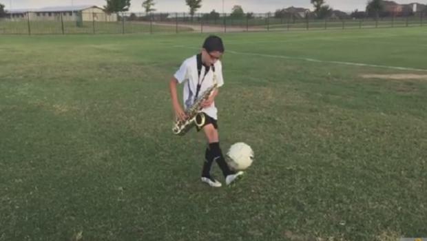 Baiatul de 11 ani care a devenit vedeta pe net e GENIAL: tine pe picior in timp ce canta la saxofon! VIDEO