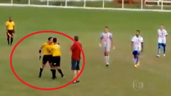 Mai ai curaj sa protestezi? :)) Scena absolut halucinanta la un meci de fotbal: arbitrul a scos pistolul si a inceput sa-i ameninte pe jucatori