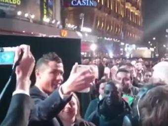 Recordul pe care Ronaldo nu a putut sa il doboare! Si-a aliniat fanii si a incercat sa faca mai multe selfie-uri decat The Rock VIDEO