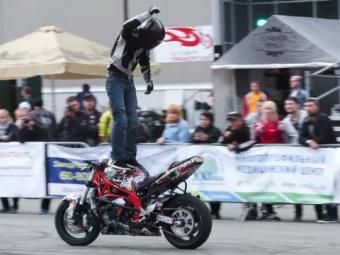 Conduce cu picioarele si o face incredibil! Cum a ajuns acest rus cunoscut in toata lumea. VIDEO