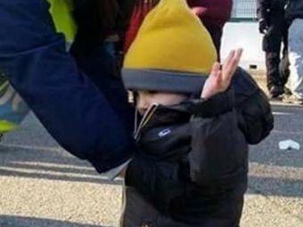 "Imaginea zilei in Italia: un copil de 4 ani, perchezitionat cu mainile sus la intrarea pe Stadio Olimpico! Gazzetta dello Sport: ""Teroristii au castigat!"""