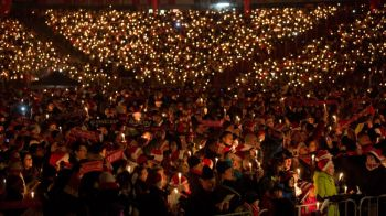 Magia Craciunului pe un stadion din Germania! Aproape 30.000 de suporteri au venit pe stadion ca sa cante colinde! VIDEO