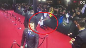 EPIC FAIL! Cel mai hilar moment al galei de la Zurich: ce facea acest fan pe jos in momentul in care Ronaldo si-a facut aparitia pe covorul rosu VIDEO