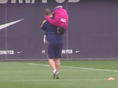 Dani Alves SHOW la ultimul antrenament al Barcelonei: l-a ridiculizat pe omul care se ocupa de echipamente pe Camp Nou! Cum a fost pedepsit :) VIDEO
