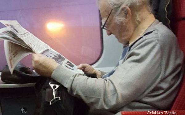 Are 94 de ani, dar este in fiecare saptamana vazut in trenul Bucuresti - Brasov. Cine este barbatul din imagine