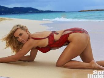 Atentie, acela nu este un costum de baie :) Caroline Wozniacki, super sexy in noul numar Sports Illustrated