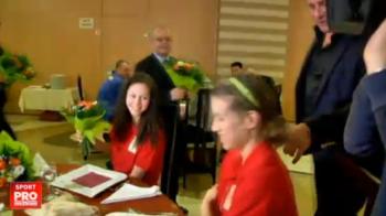 Imagini amuzante cu Boc la intalnirea cu nationala de baschet: fetele au fost rugate sa stea jos ca sa se vada si primarul :) VIDEO