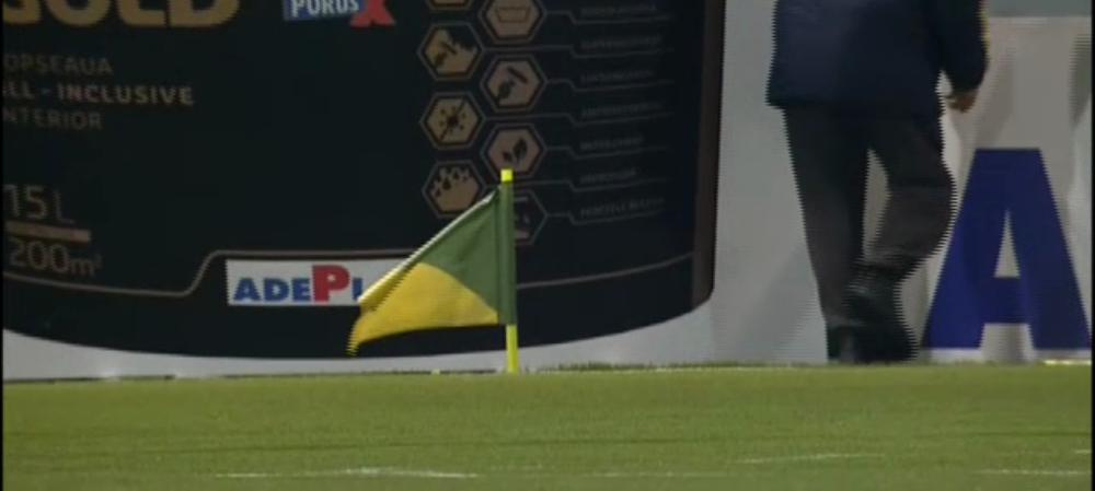 Imagini unice in Romania la Chiajna - Dinamo! Olteanu a rupt steagul de la corner cu mingea in ultimele secunde, arbitrul nu a mai putut incheia partida! Ce s-a intamplat
