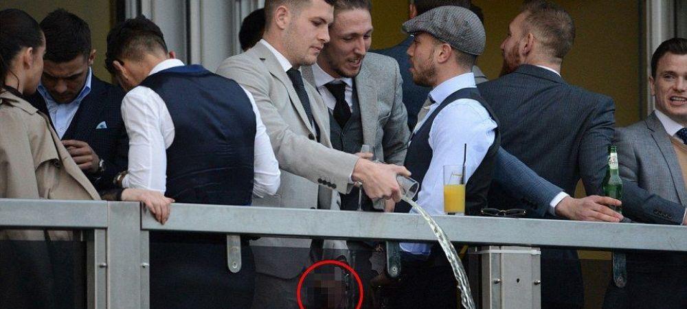 Gestul scandalos al acestor fotbalisti! Au urinat in paharele de bere la festival, apoi le-au varsat peste balustrada. FOTO