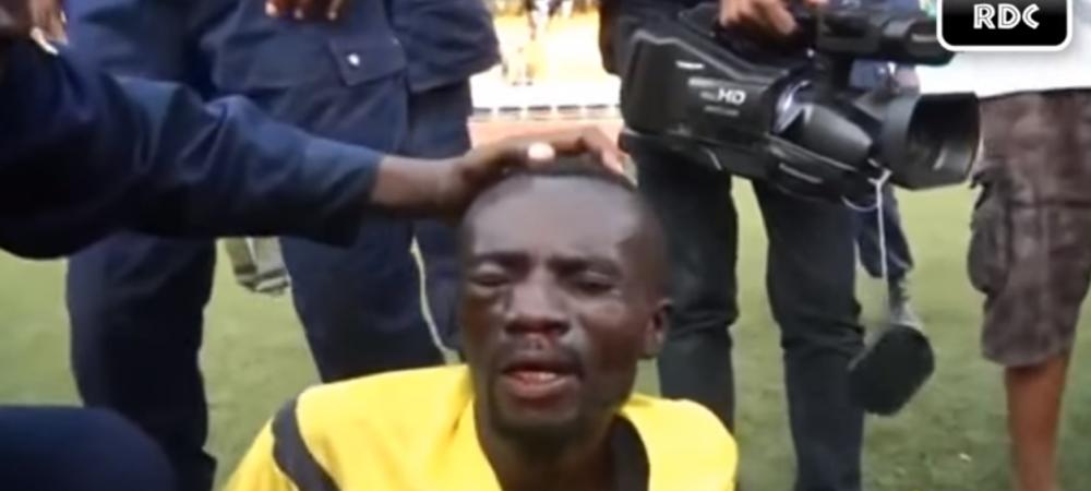 Atentie, imagini socante   Se intampla in Africa: un arbitru, aproape ucis in bataie de suporterii care au intrat pe teren. Politia l-a salvat cu greu