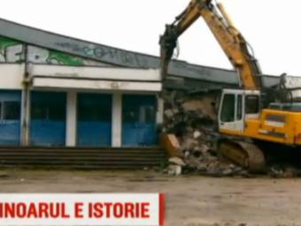 Astazi a inceput demolarea patinoarului, cu o intarziere de 6 luni: constructie de 20 mil € in locul lui! Se stie suma, se stie locul, dar nu se stie cand :)