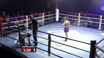 O luptatoare a fost dezbracata in ring de adversara ei. Fata a oferit fara sa vrea numarul de striptease! VIDEO