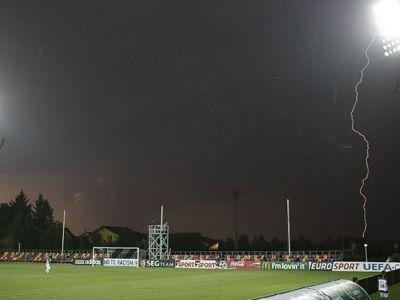 Arbitrii au lasat meciul sa se joace pe o ploaie torentiala! Ce s-a intamplat apoi este INCREDIBIL