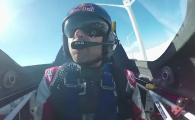 Slalom printre eoliene! Provocarea vietii pentru acest pilot. VIDEO