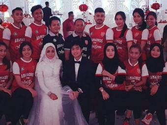 Nebunia acestui fan al lui Arsenal din Malaezia! Cum si-a pus toti invitatii sa vina la nunta. SUPER FOTO