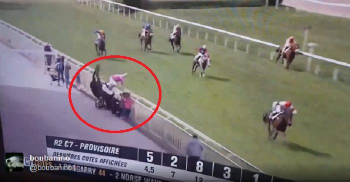 Momentul infricosator cand un cal iese de pe traiectoria normala in timpul unei curse si aterizeaza in public! Calul a murit, 4 persoane sunt la spital VIDEO