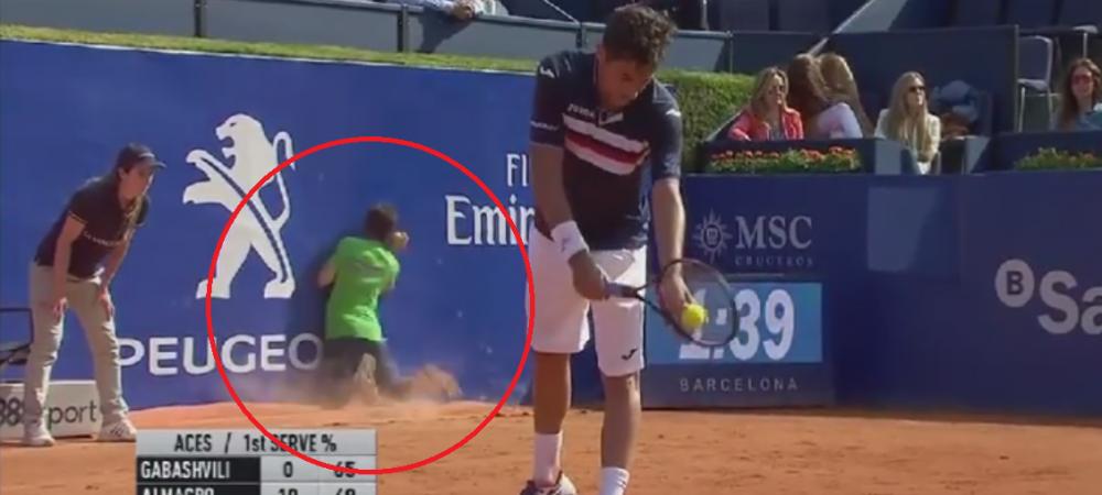 GENIAL :)) Un copil de mingi se impiedica si intra cu fata direct in peretele tribunei! Reactia jucatorului - SUPER VIDEO